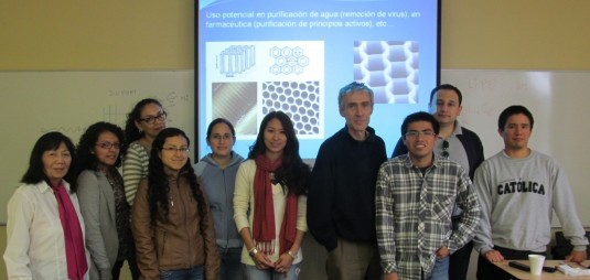 """Profesor y parte de los alumnos asistentes al curso """"Síntesis, Caracterización y Aplicaciones de Nanomateriales"""" dictado del 26 al 30 de mayo."""